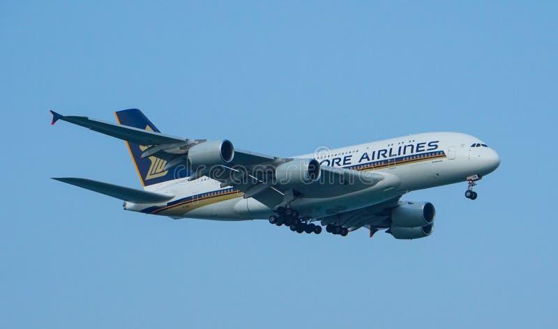 Landning för Singapore Airlines flygbuss A380 arkivfoton