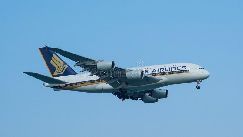Landning för Singapore Airlines flygbuss A380 royaltyfria foton