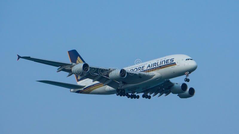 Landning för Singapore Airlines flygbuss A380 royaltyfri fotografi