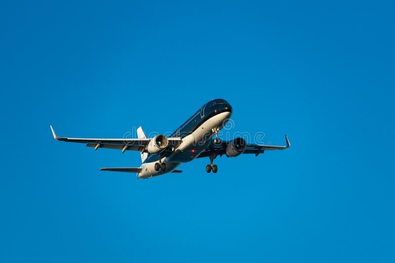 Landning för stjärnareklambladflygbuss A320-200 royaltyfria bilder