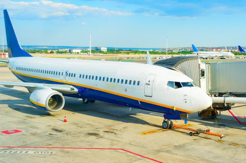 Landningsbana för flygplanlandgångflygplats royaltyfri bild