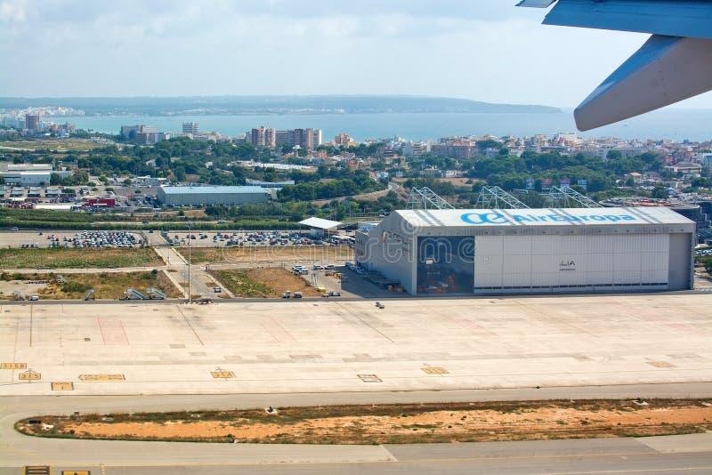 Landningsbanaliftoff med den Air Europa hangaren och sikt till Playa de Palma arkivbilder