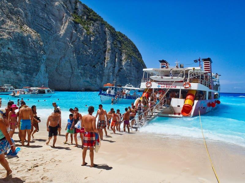 Landsätta från dagkryssningfartyget, Navagio strand, Zakynthos, Grekland royaltyfri foto