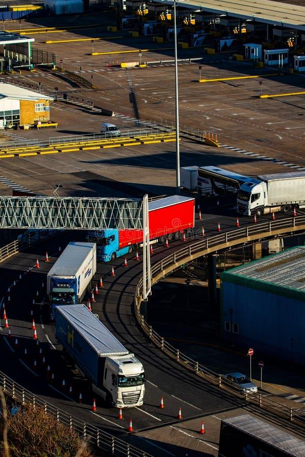 Landsätta lastbilar på den Dover färjaterminalen arkivbilder