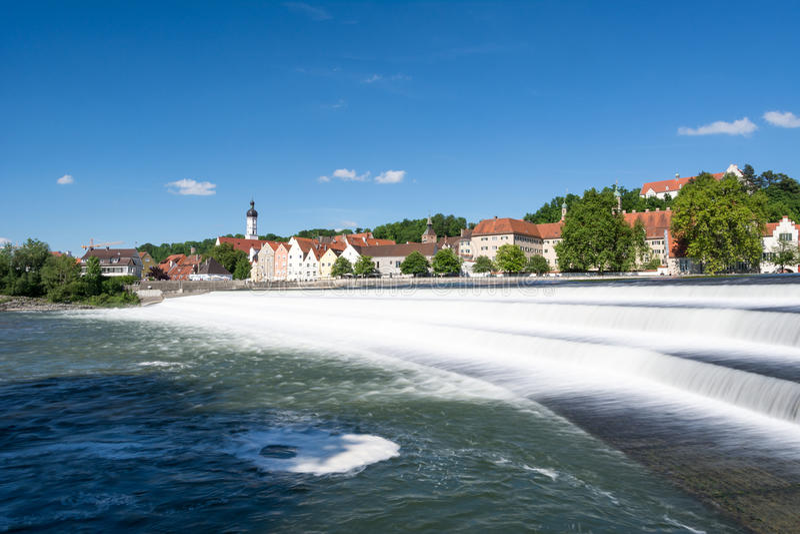 Landsberg in dem Fluss Lech lizenzfreies stockbild
