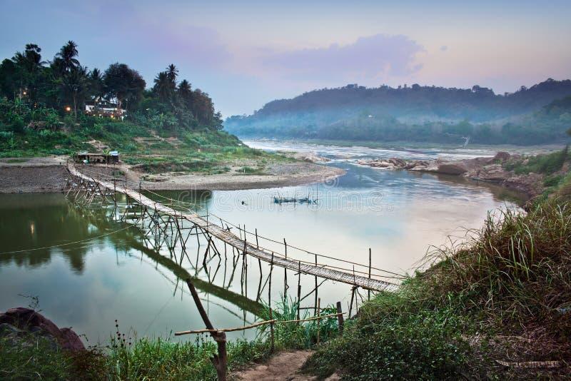 Landsbro över Mekong River, Luang Prabang, Laos. arkivbilder