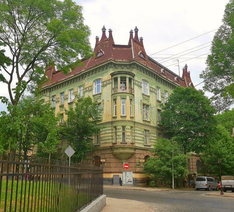 landsc Die Straße vom bruschatka Hinter ihm ist das Gebäude, das Haus an der Basis der braunen Farbe, das Hauptteil des h lizenzfreie stockbilder