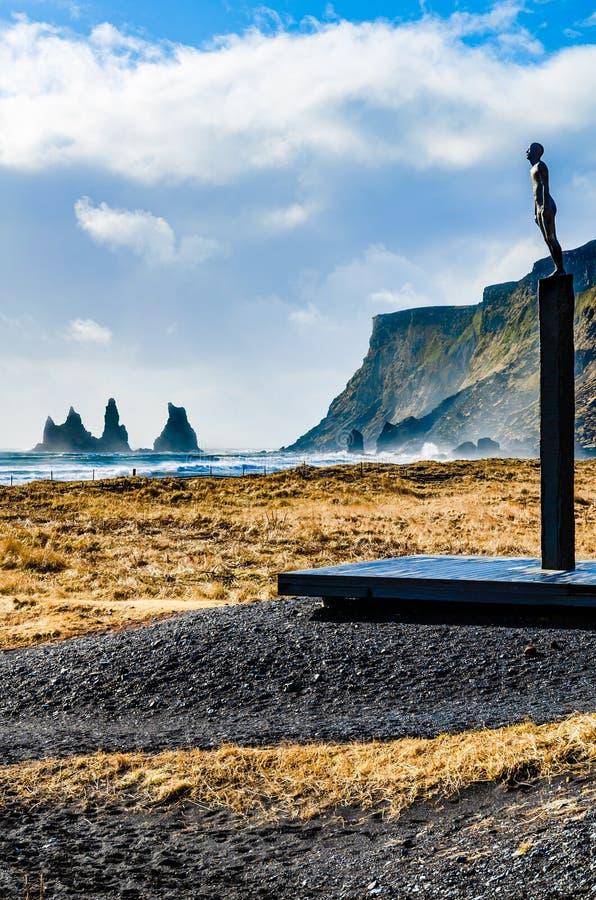 Landscae met Zeevaardersstandbeeld op het zwarte zandstrand van Vik, Ic royalty-vrije stock foto