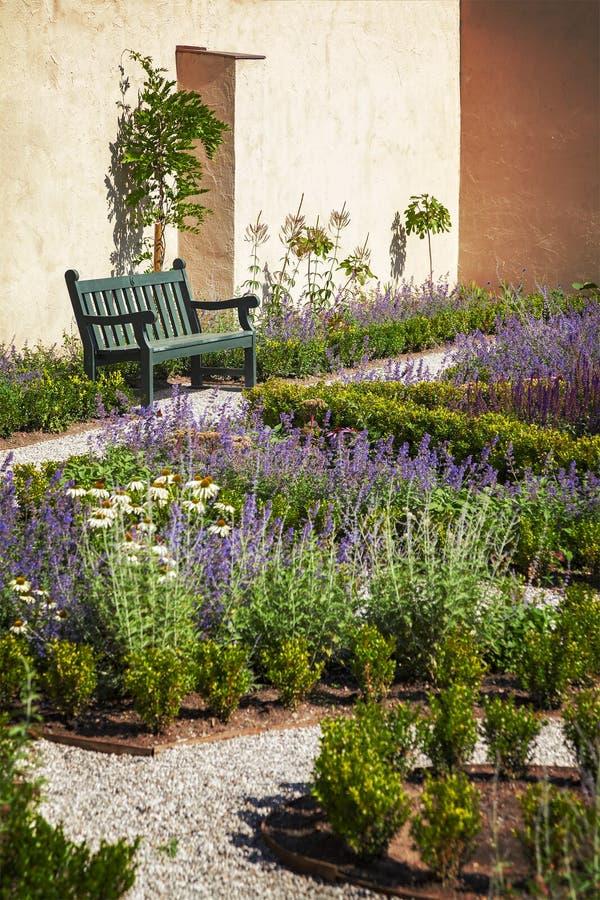 Landscaped ummauerte Garten stockfotos