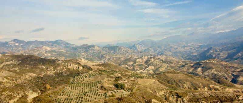 Landscapee panorámico de las montañas de Sierra Nevada en un día soleado con las nubes suaves imágenes de archivo libres de regalías
