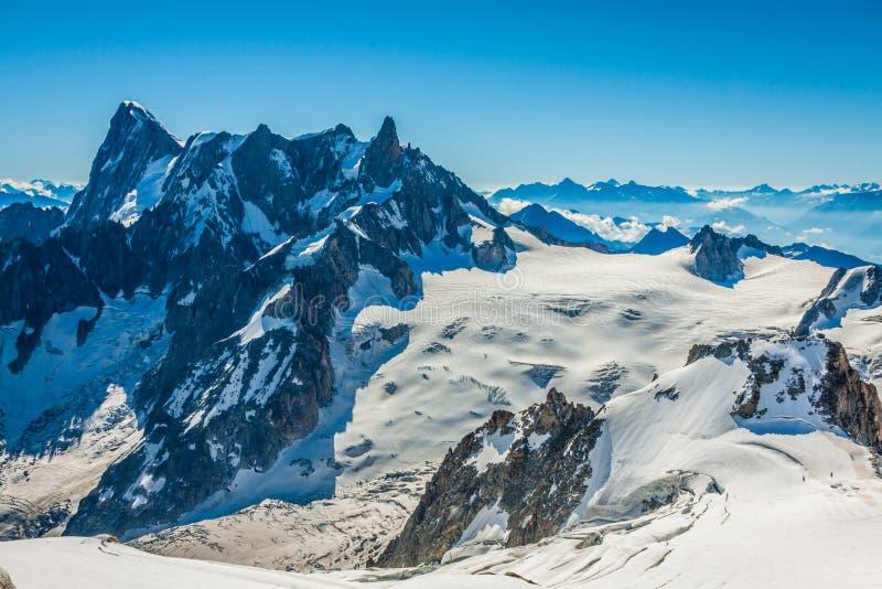 Landscapeview del verano del macizo de la montaña de Mont Blanc de Aiguille d fotografía de archivo