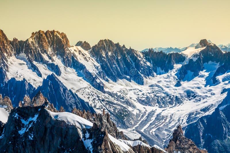 Landscapeview do verão do maciço de Mont Blanc de Aiguille d foto de stock