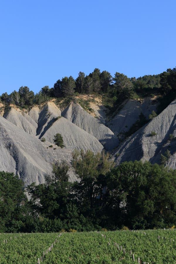 Landschaft abgefressen mit schwarzen marls in Corbieres, Frankreich stockbild