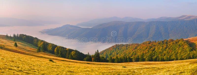 Landschaft-Ansicht der Berge bei Sonnenaufgang mit Seenebel im v lizenzfreies stockfoto