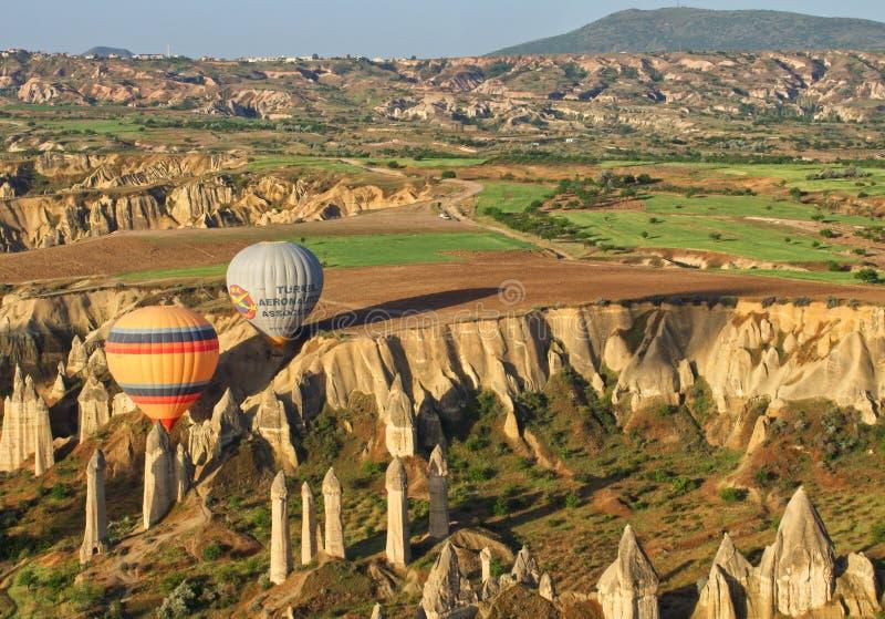 Landschaft-cappadocia mit Ballonen lizenzfreie stockbilder