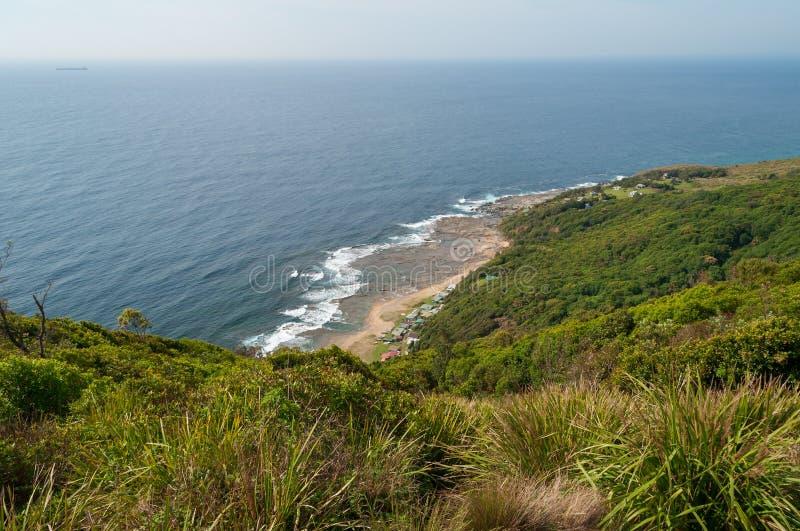 Landschaft der australischen Küstenlinie mit grüner Rolling Hills und blauem Ozean lizenzfreies stockbild