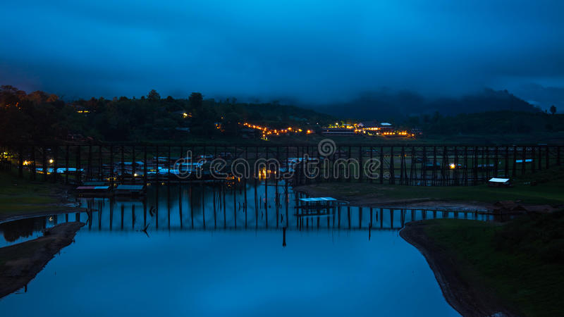 Landschaft der bewaldeten Brücke über dem Fluss (Montag-Brücke) in Sangkhlaburi-Bezirk, Kanchanaburi, Thailand stockfotografie