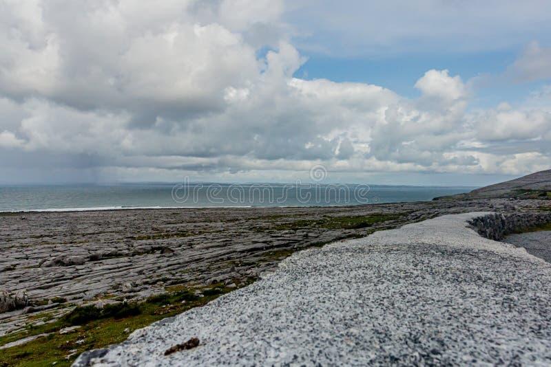 Landschaft der felsigen Kalksteinküste und des Meeres stockfotografie