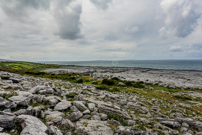 Landschaft der felsigen Kalksteinküste und des Meeres stockbilder