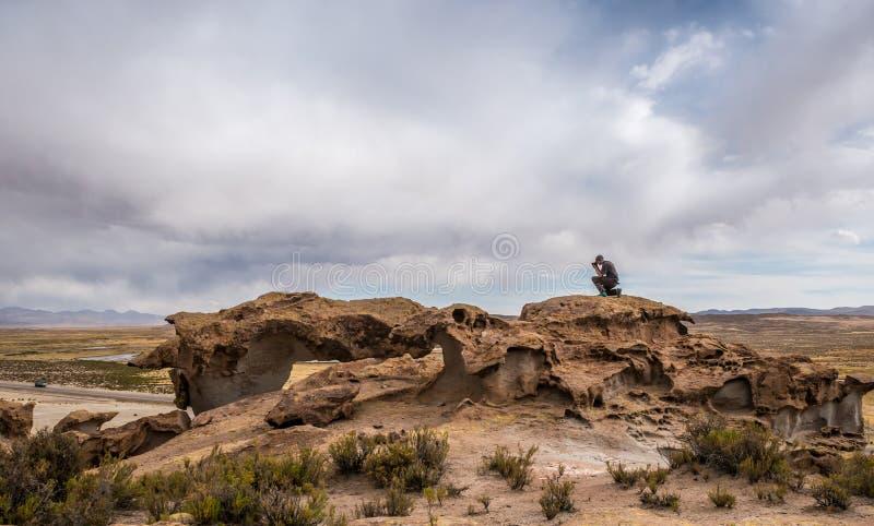 Landschaft der felsigen mountanious bolivianischen Landschaft und des Fotografen lizenzfreie stockfotos