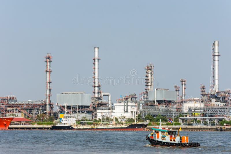 Landschaft der Industrieanlage der thailändischen Raffinerie von der Seite des Gegenteils von Chao Phra Ya-Fluss stockfoto
