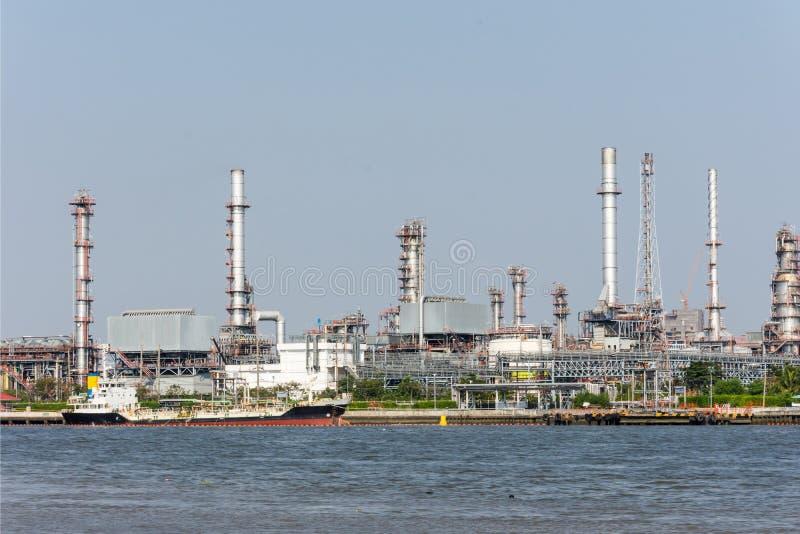 Landschaft der Industrieanlage der thailändischen Raffinerie von der Seite des Gegenteils von Chao Phra Ya-Fluss lizenzfreie stockfotografie