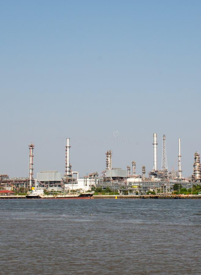 Landschaft der Industrieanlage der thailändischen Raffinerie von der Seite des Gegenteils von Chao Phra Ya-Fluss stockbilder