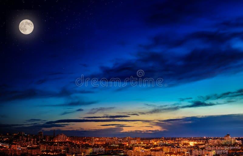 Landschaft der Nachtstadt, -mondes und -sterne im Himmel stockfotos