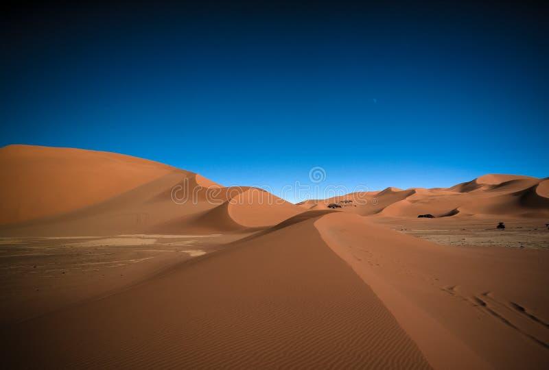 Landschaft der Sanddüne- und Sandsteinnaturskulptur bei Tamezguida in Tassili-nAjjer Nationalpark, Algerien stockfotografie