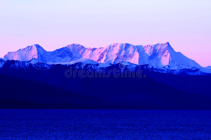 Landschaft der Schneeberge und des blauen Sees lizenzfreie stockbilder