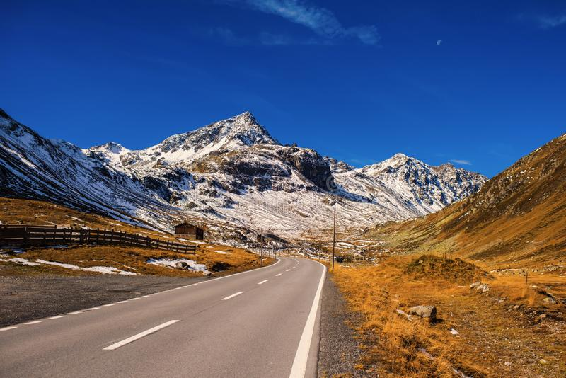 Landschaft der Schweizer Alpen und des Waldes des Naturschutzparks in der Schweiz Alpen von der Schweiz auf Herbst Fluela-Durchla lizenzfreie stockbilder