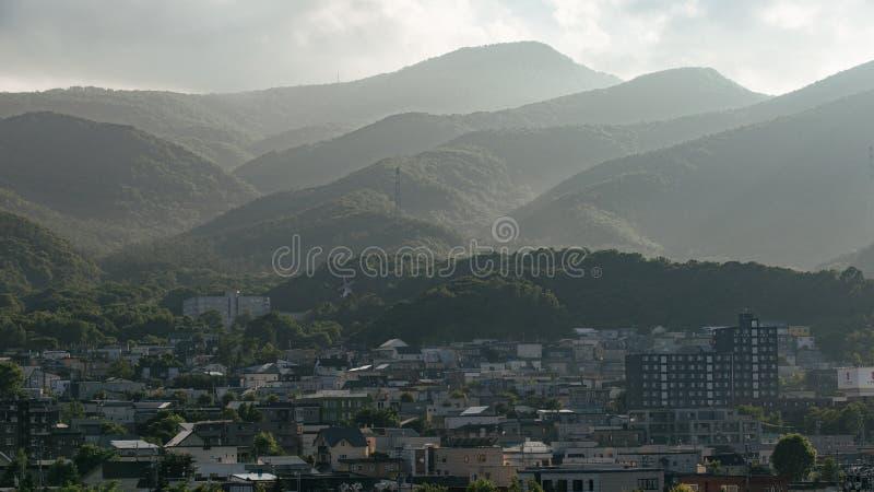 Landschaft der Stadt mit Berg in Hokkaido, Japan stockbild