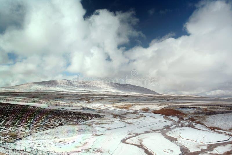 Landschaft in der tibetanischen Hochebene stockfotos