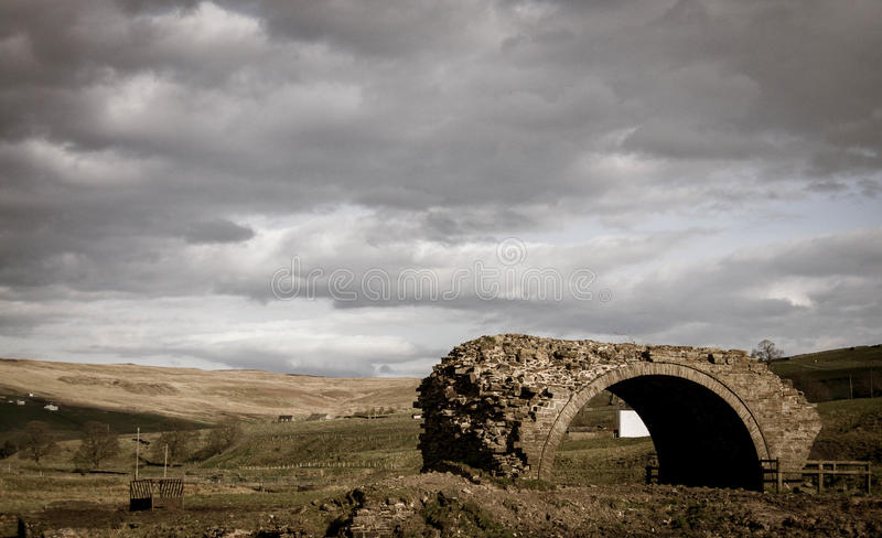 Landschaft der verlassenen Brücke lizenzfreie stockfotos