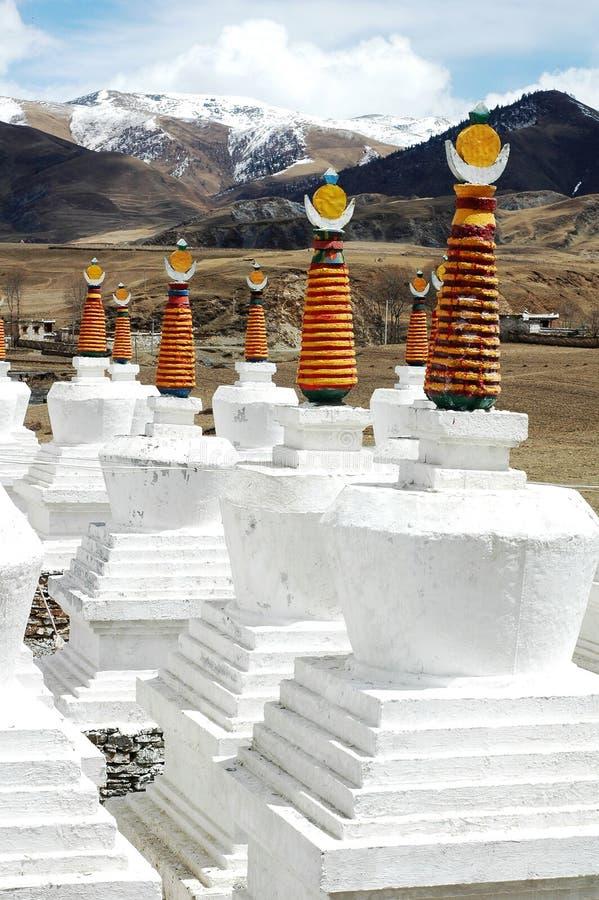 Landschaft der weißen Pagoden in einem Lamasery stockfotografie