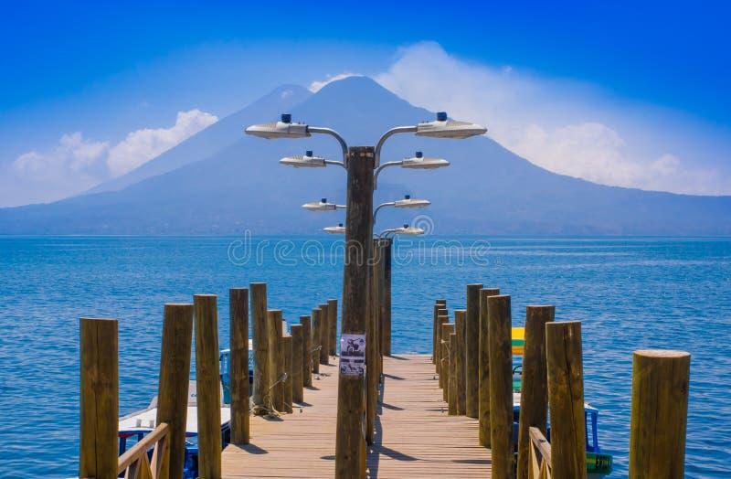 Landschaft des Atitlan Sees mit einem Pier benutzt von den Fischern nah an Panajachel stockfoto