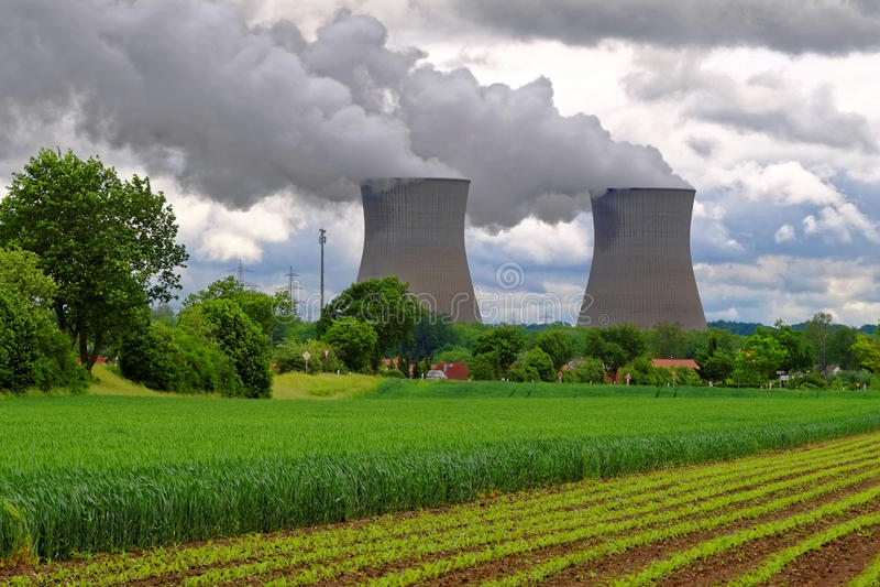Landschaft des Atomkraftwerks lizenzfreie stockfotos