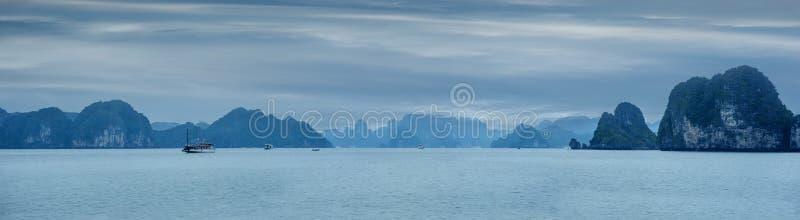 Landschaft des frühen Morgens mit dem blauen Nebel- und Touristenkramschwimmen stockfoto