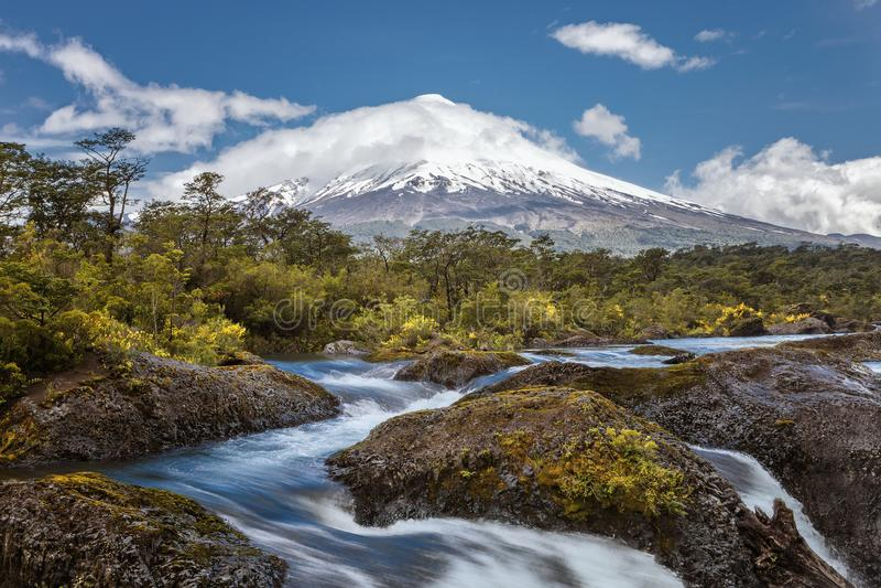Landschaft des Osorno-Vulkans mit den Petrohue-Wasserfällen und lizenzfreies stockfoto