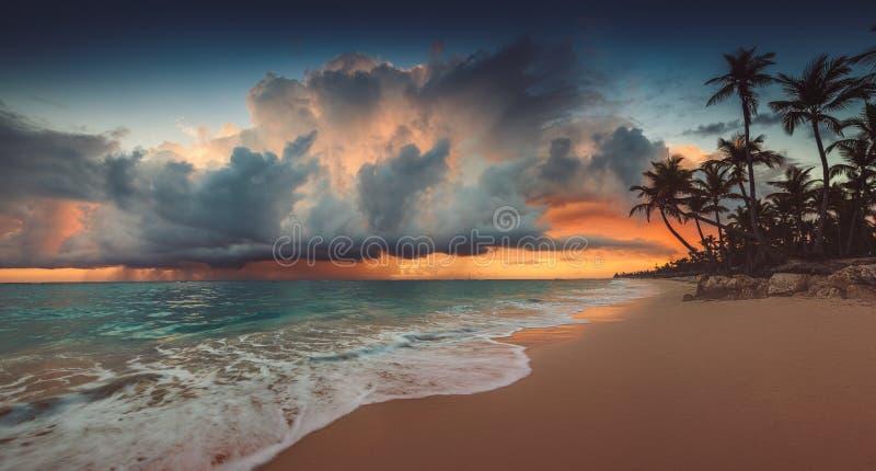 Landschaft des Paradiestropeninselstrandes, Sonnenaufgangschu? lizenzfreies stockbild