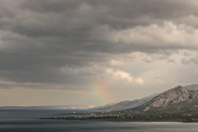 Landschaft des Regenbogens über dem Meer stockbilder