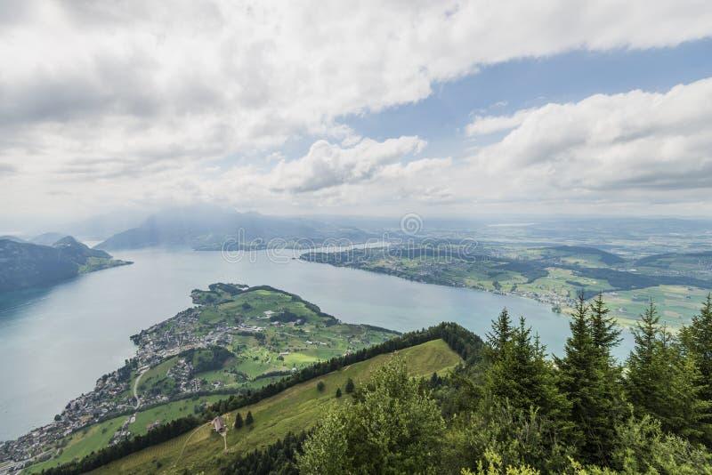 Landschaft des Sees nahe Lucern lizenzfreie stockfotos