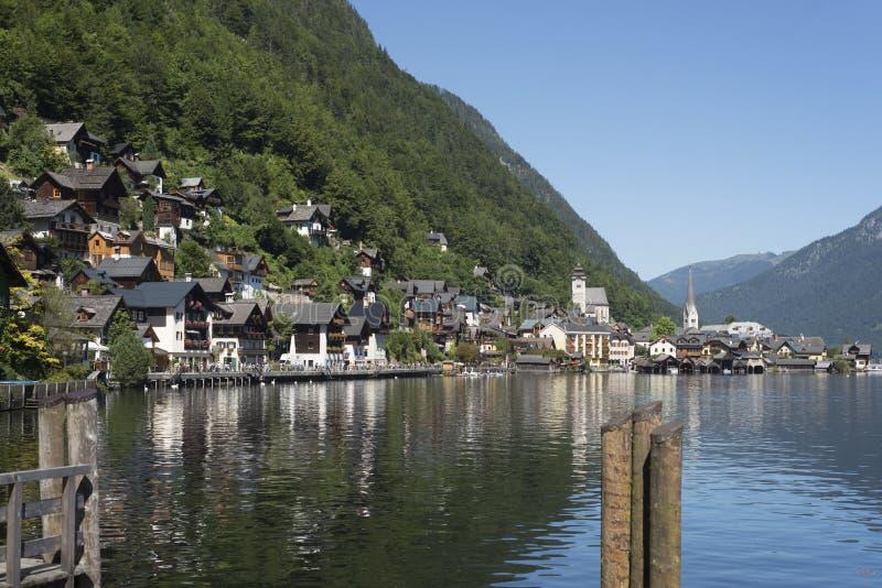 Landschaft des Sees und des Dorfs von Hallstatt Österreich lizenzfreies stockbild