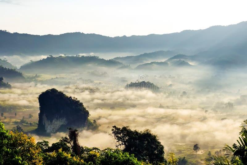 Landschaft des Sonnenscheins auf dem Morgennebel bei Phu Lang Ka, Phayao lizenzfreies stockbild