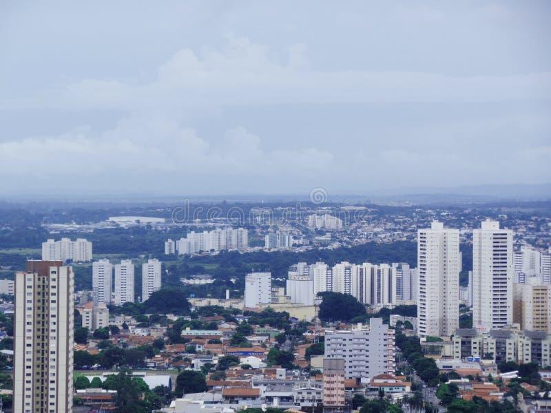 Landschaft des Tages in einer Stadt mit etwas Gebäuden lizenzfreie stockfotos