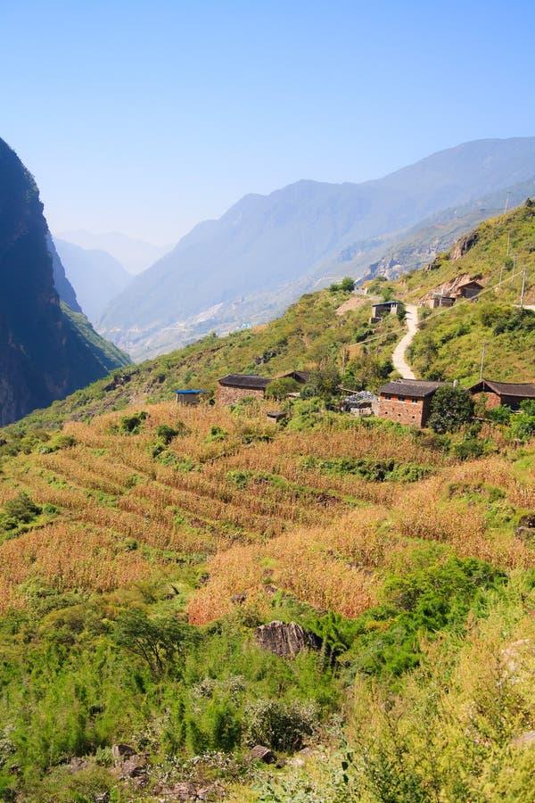 Landschaft des Tigers Schlucht springend. Tibet. China. lizenzfreies stockbild