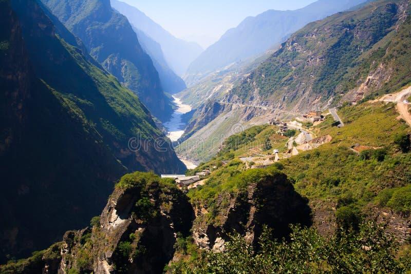 Landschaft des Tigers Schlucht springend. Tibet. China. stockbild