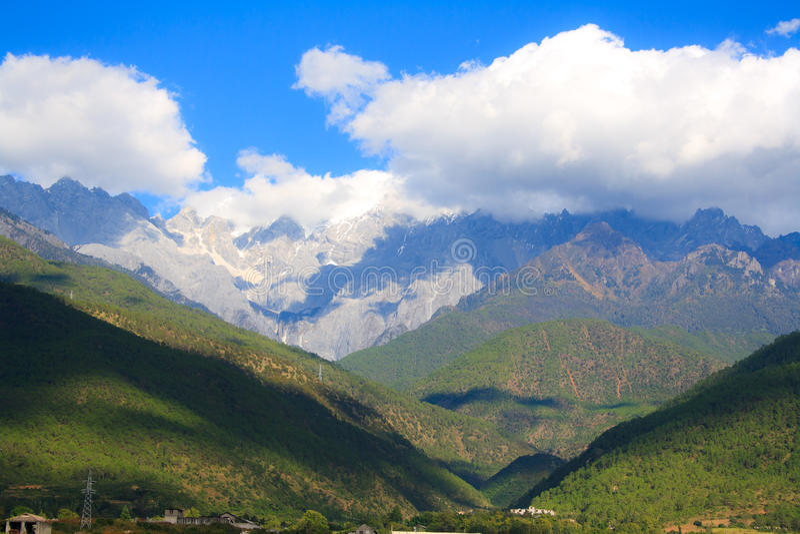 Landschaft des Tigers Schlucht springend. Tibet. China. lizenzfreies stockfoto