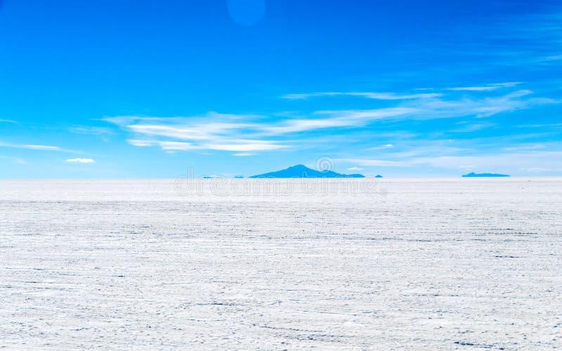 Landschaft des unglaublich weißen Salzes flaches Salar de Uyuni, unter den Anden im Südwesten Bolivien, Südamerika stockfoto