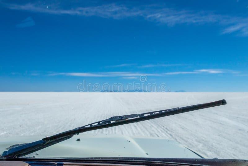 Landschaft des unglaublich weißen Salzes flaches Salar de Uyuni, unter den Anden im Südwesten Bolivien, Südamerika stockfotografie